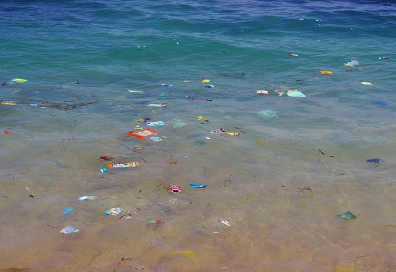 Plastikmüll: Bei manchen Strömungslagen ein gewohnter Anblick im Meer vor Bali