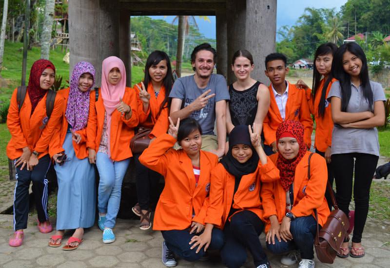 """Gruppenfoto mit den beiden """"bule"""" in Tana Toraja"""